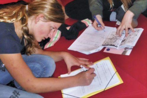 Twee leerlingen van BuSO vullen documenten in