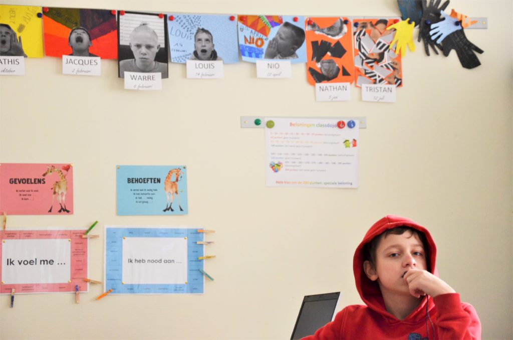 BuBaO Turquoise klas portret kind met rode hoedie en foto's klasgenootjes