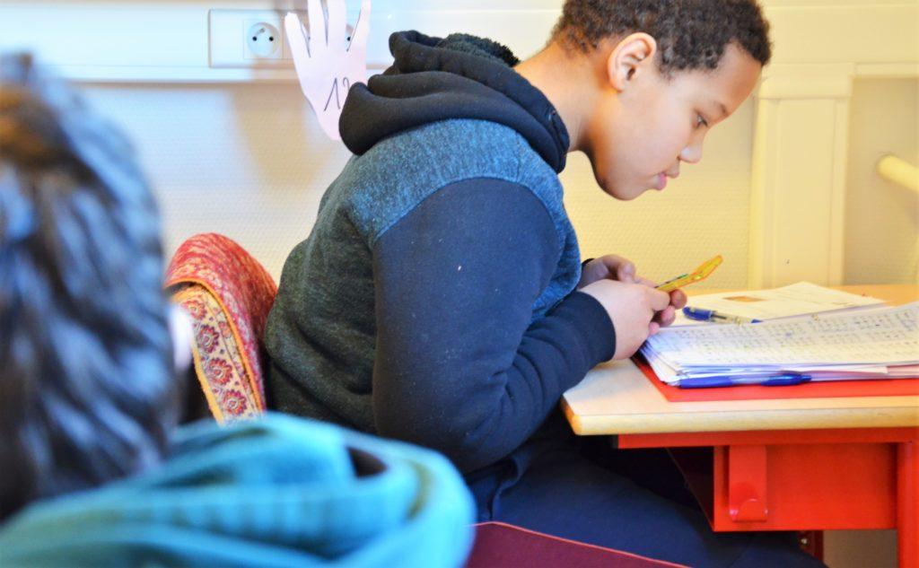 Kind lees aandachtig in de klas