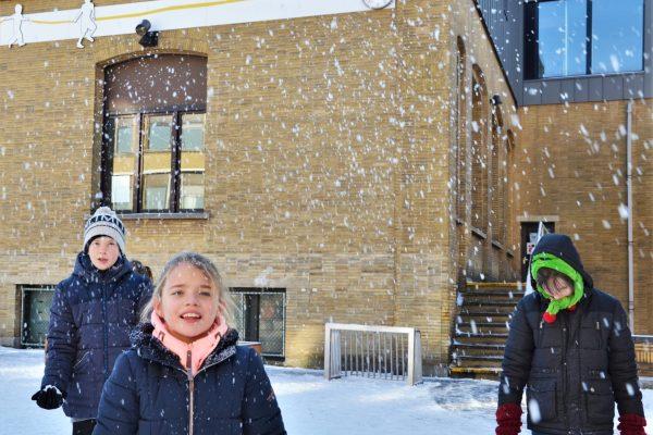 BuBaO drie kinderen in besneuwde speelplaats
